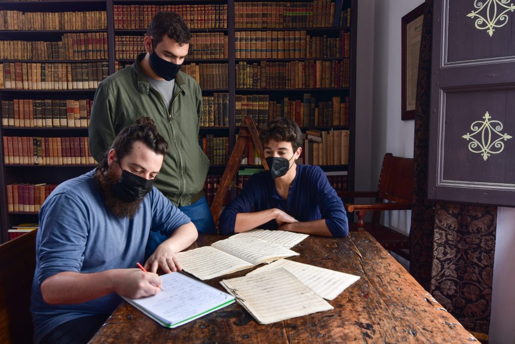 David Gutiérrez, Marc de la Linde y Luis Manuel Vicente en el Archivo de la Basílica de Santa María del Pi. Alejandro Fernández.
